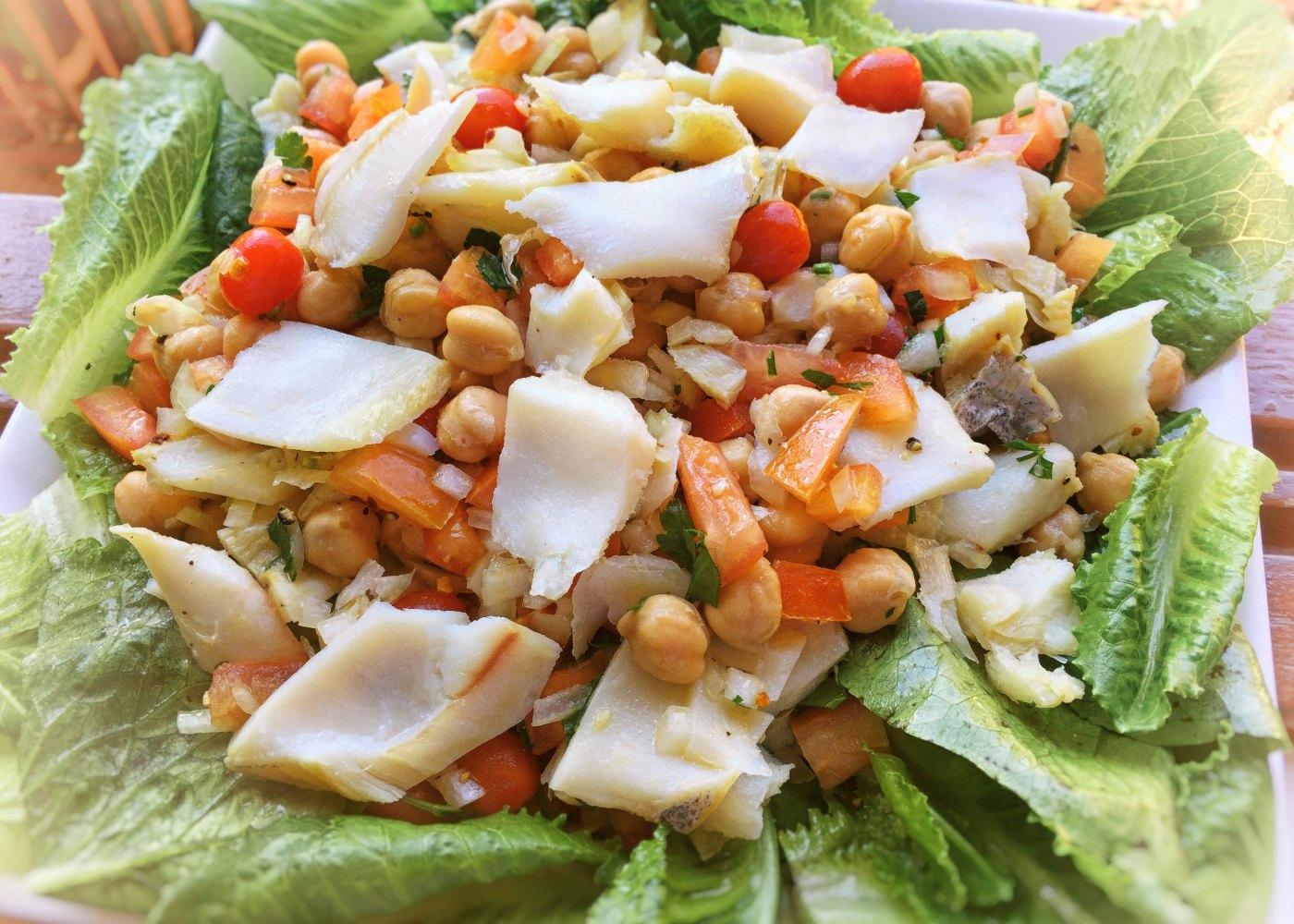 Salada de bacalhau e grão de bico à portuguesa