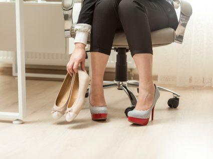 Mulher a calçar sapatos rasos