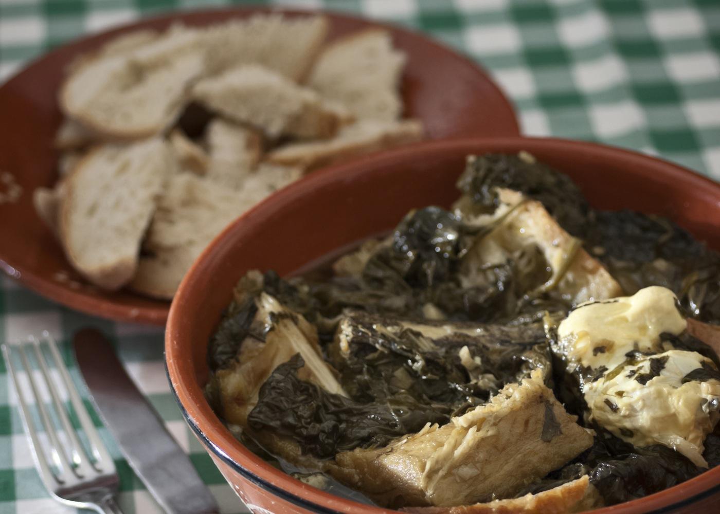 Sopa alentejana com bacalhau e ovo escalfado