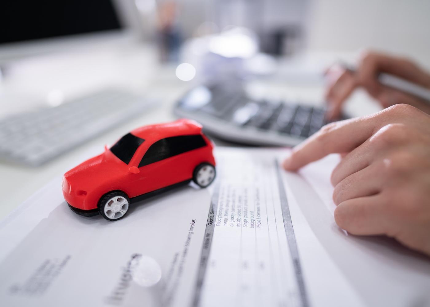 pessoa a calcular os custos de substituir a carta de condução