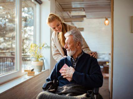 cuidadora informal com familiar em cadeira de rodas