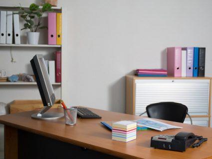 escritório vazio a simbolizar o absentismo laboral