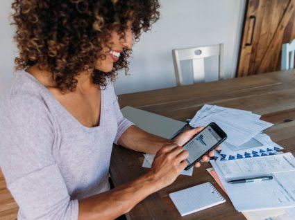 Mulher a registar faturas através da nova app e-fatura