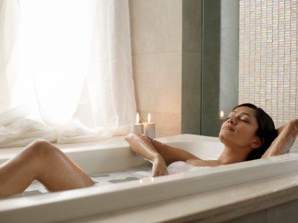 Mulher a tomar banho de espuma