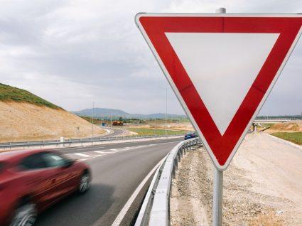 sinal de cedência de passagem numa estrada