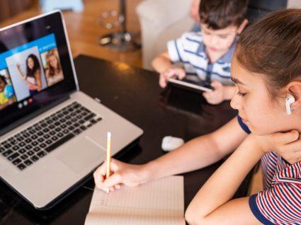 Menina a assistir a aulas online