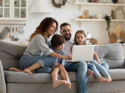 Família a acompanhar o festival Correntes d'Escritas online