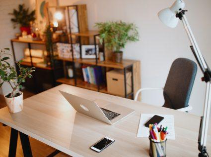 Mesa de trabalho e casa