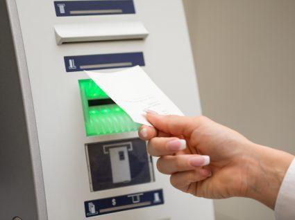 Mulher a ver saldo da conta bancária no Multibanco