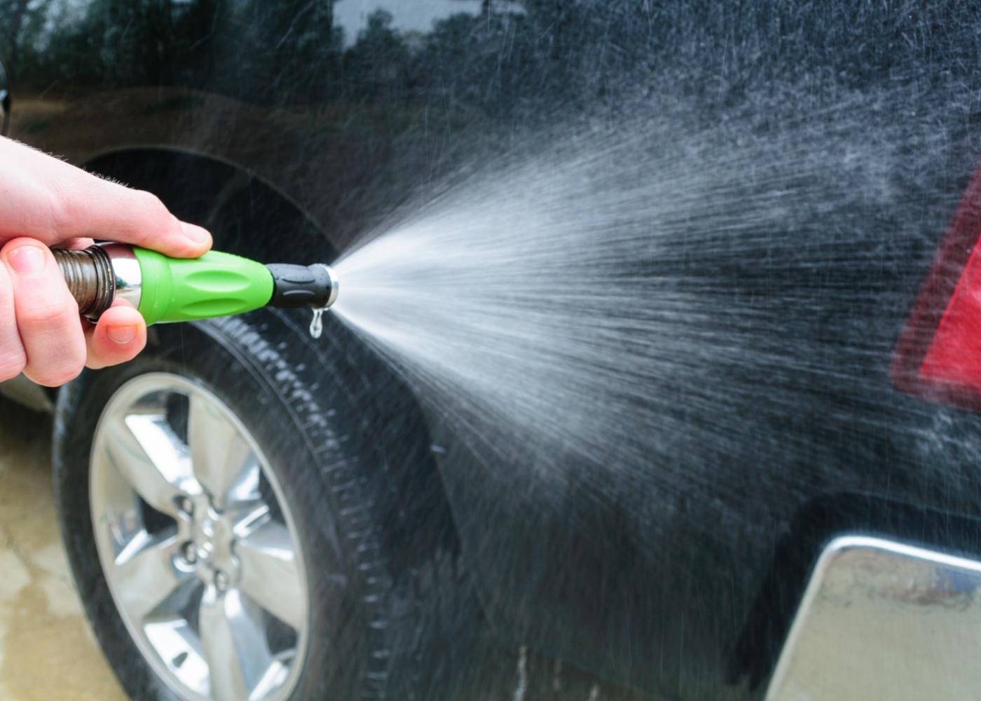 Homem a lavar carro na via pública