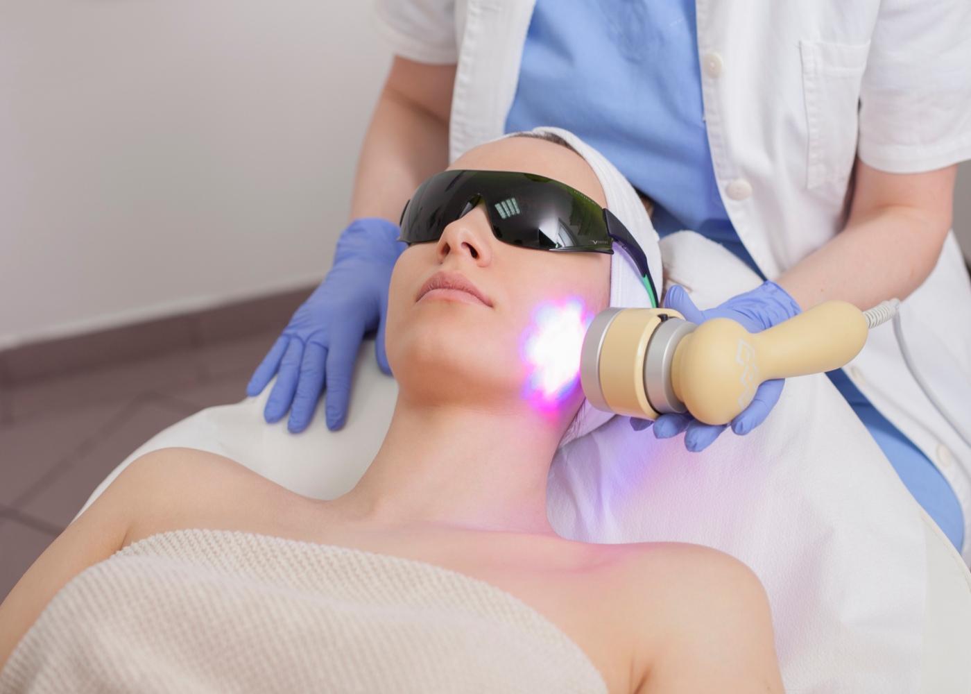 Tratamento de rosto com luz pulsada