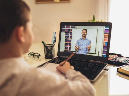 Menino numa aula online