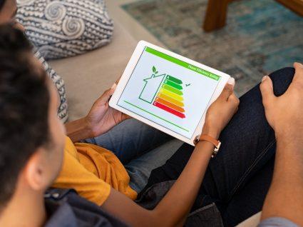 Casal a ler informações da nova etiqueta energética a partir de um tablet