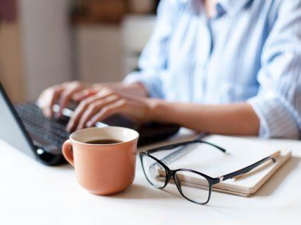Desempregada a manter a procura ativa de emprego online