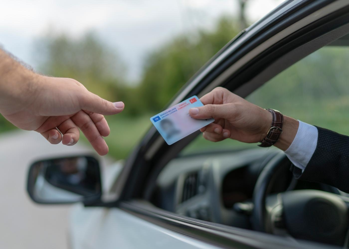 policia a examinar carta de condução