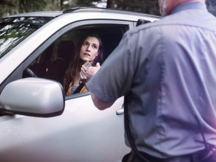 condutora em regime probatório da carta de condução parada pela polícia