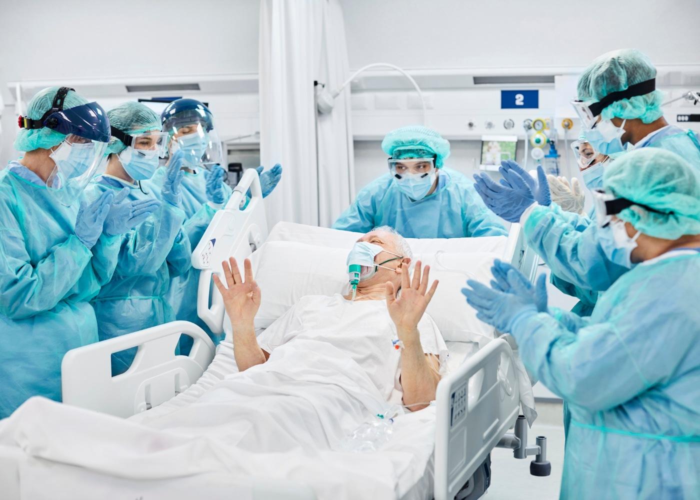 Profissionais de saúde aplaudem doente