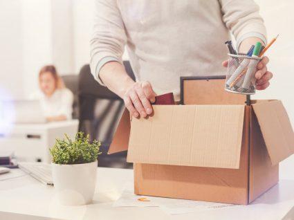 trabalhador forçado a pedir demissão a guardar coisas em caixa