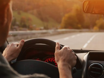 Homem a conduzir na autoestrada