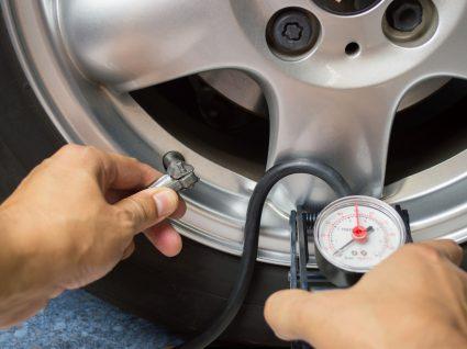 Homem a calibrar pneus