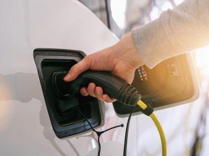 pessoa a carregar um dos carros elétricos mais vendidos em Portugal