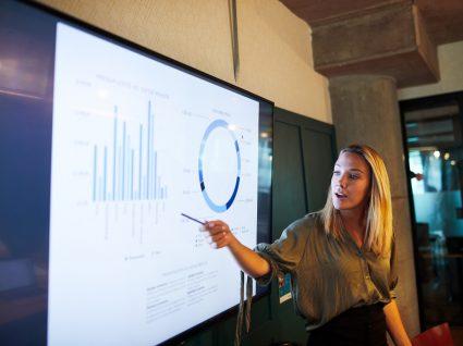 mulher a apresentar resultados do estudo Global Talent Trends