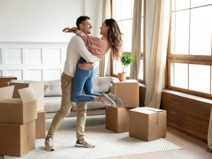 jovem casal casa nova