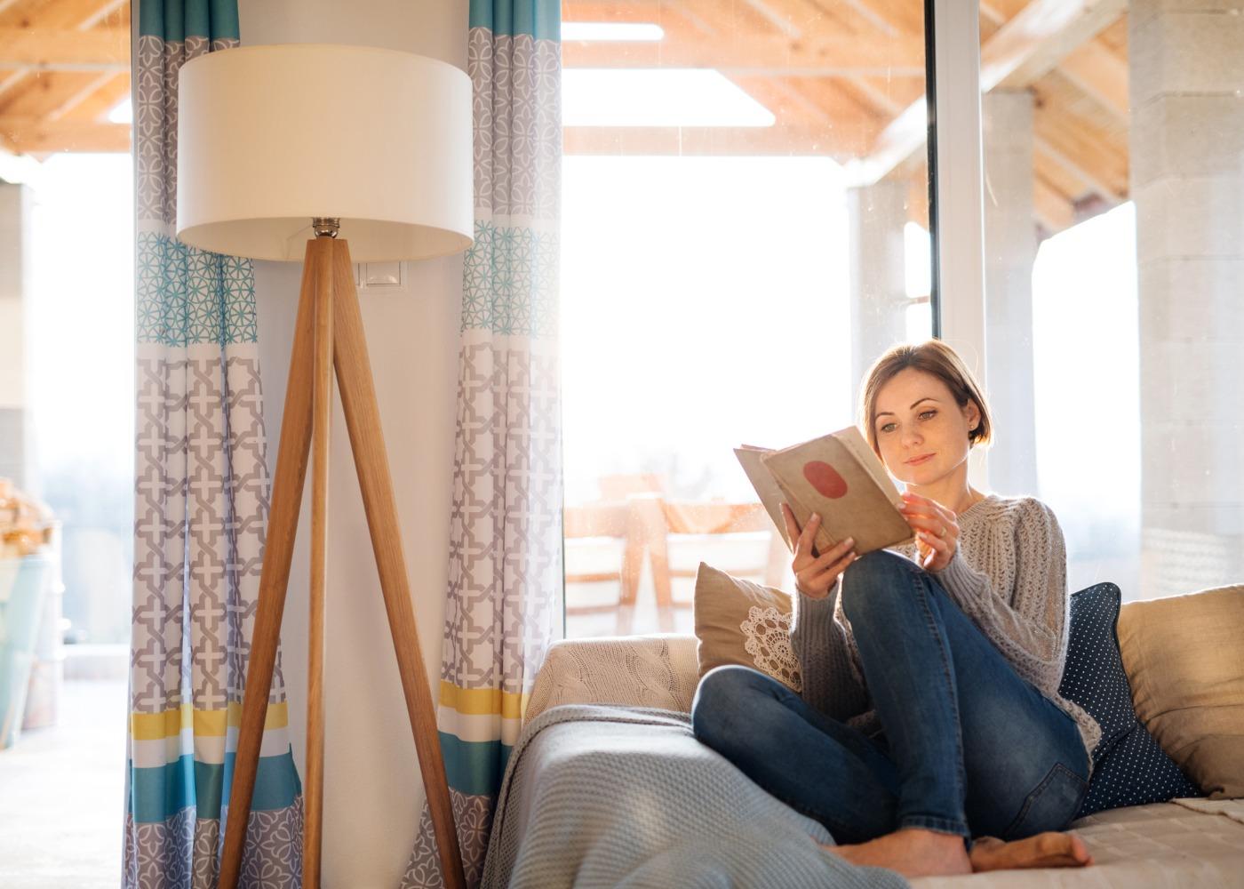 leitura livros sofá casa