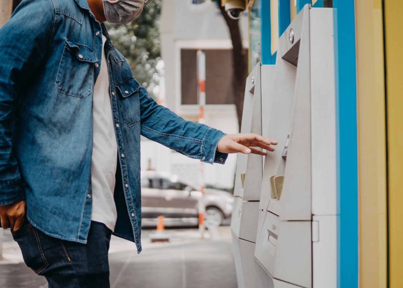Homem a levantar dinheiro em ATM