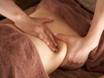 Mulher a utilizar óleos de massagem