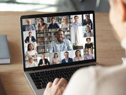 colaborador em processo de onboarding digital em reunião online