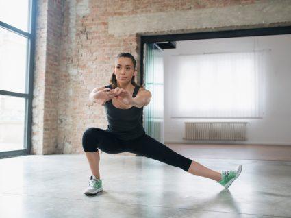 Mulher a fazer exercícios para pernas