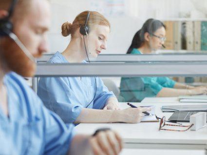 profissionais de saúde em atendimento telefónico por medida de redeployment