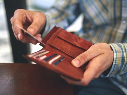 Homem a guardar Cartão de Cidadão na carteira