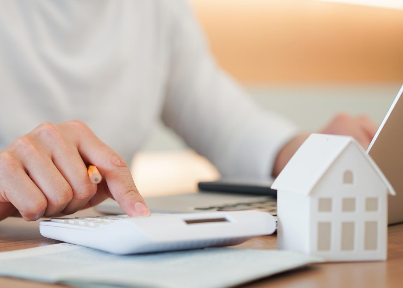 Mulher a fazer cálculo das mais-valias prediais no IRS