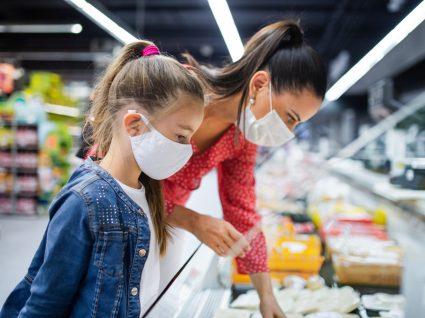 mulher e criança a fazer compra no supermercado