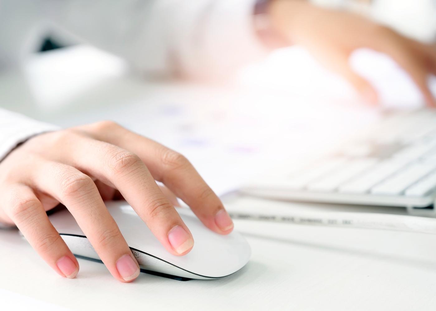 Mulher a consultar nota de liquidação do IRS no Portal das Finanças