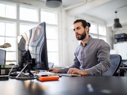trabalhador no escritório em regime de contracting