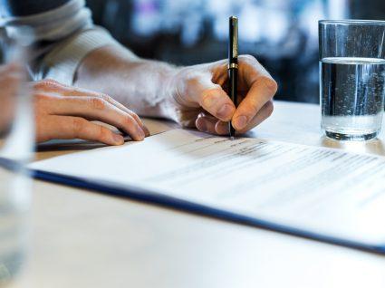 pessoa a assinar contrato de avença