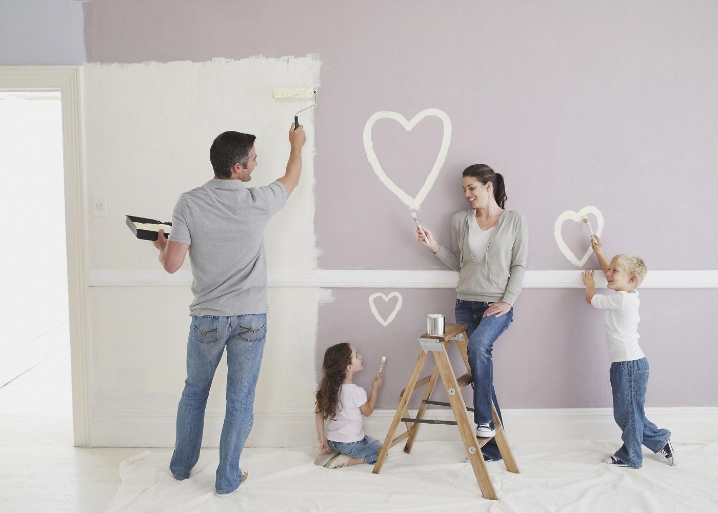família pintar paredes