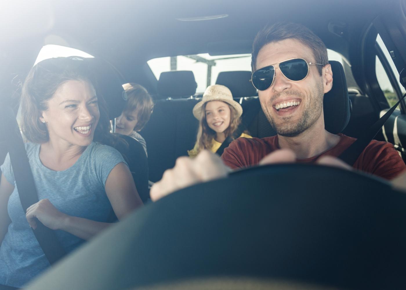 Família num passeio de carro