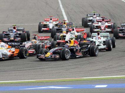 carros de fórmula 1 em corrida