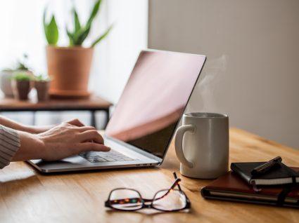 Mulher a marcar atendimento presencial nas Finanças via Portal das Finanças