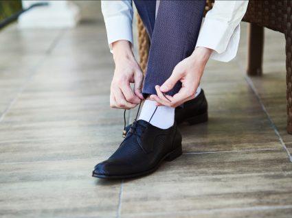 Homem com meias brancas