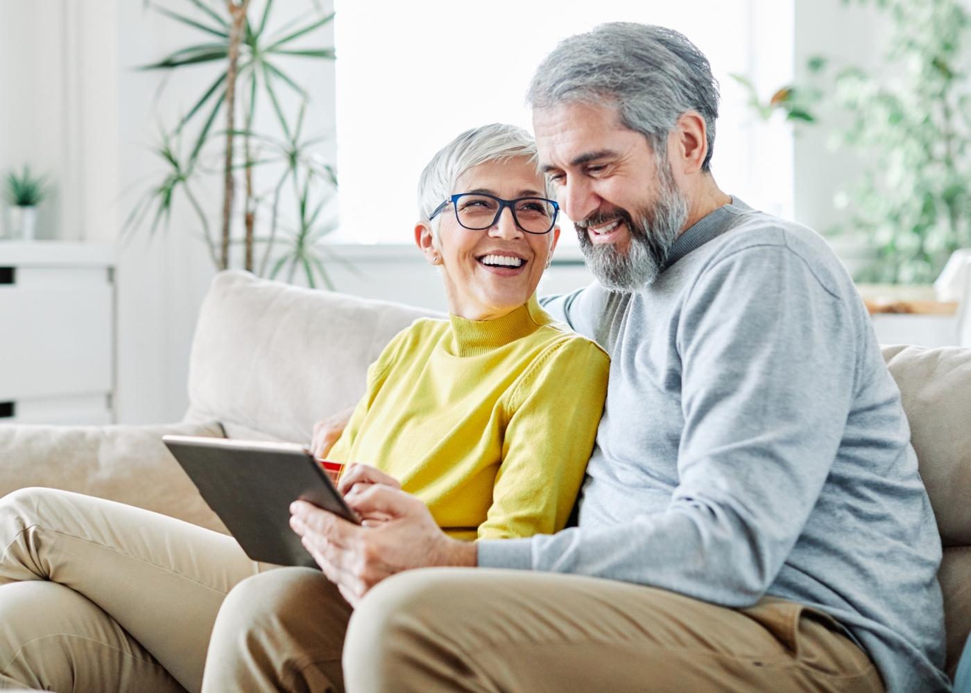 Casal a analisar online opções de investimento para a reforma