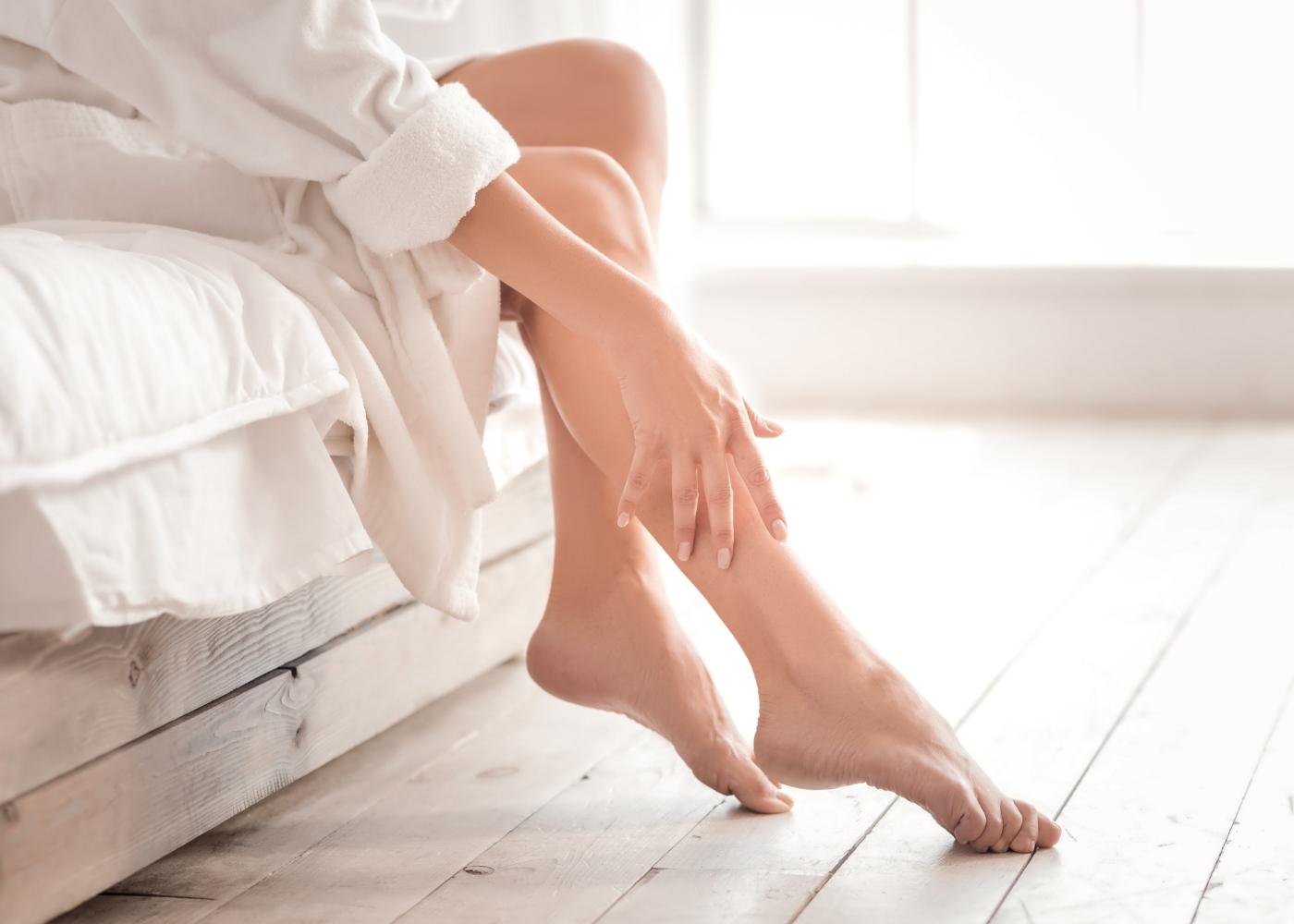 Mulher a tratar das pernas