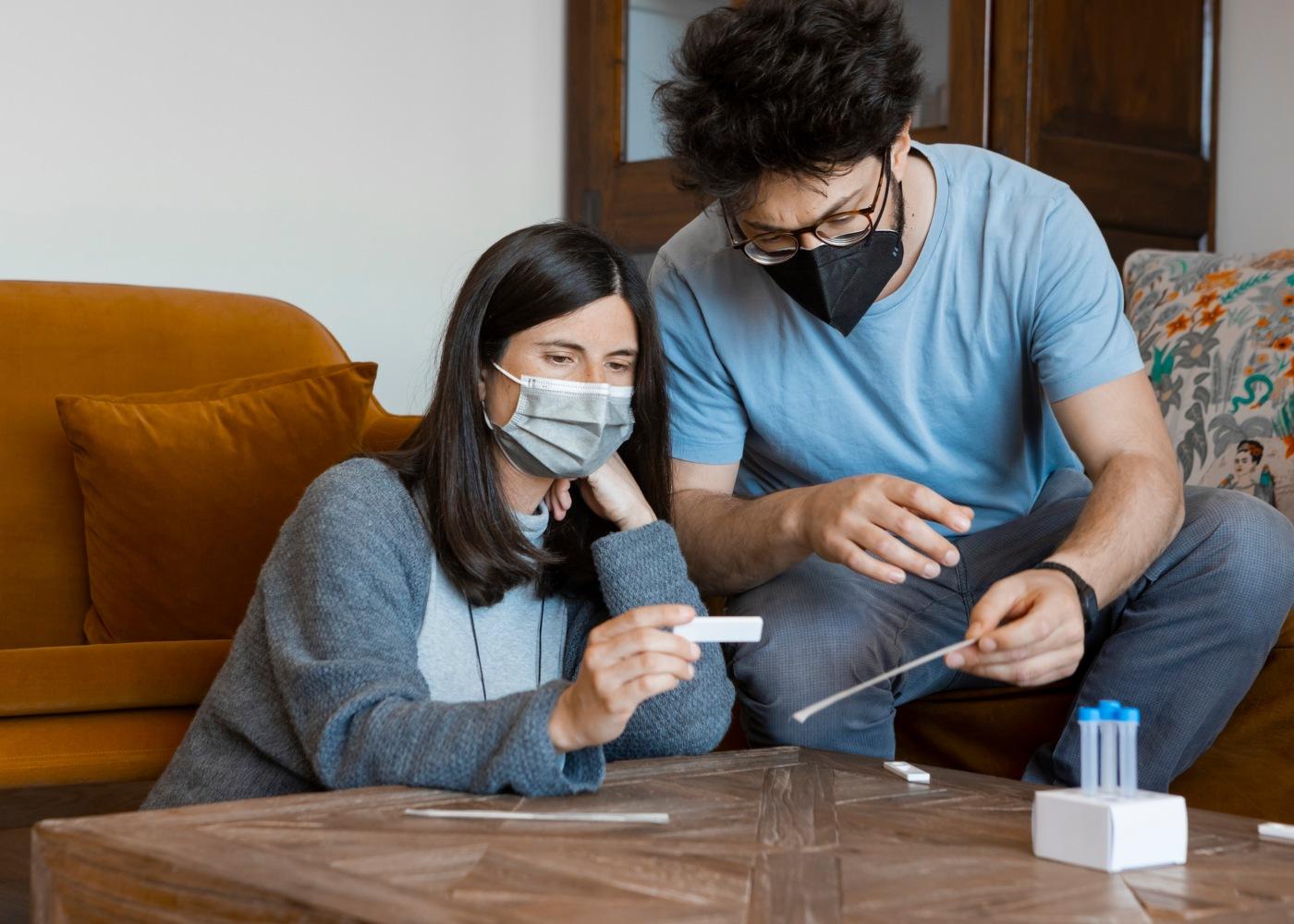 homem e mulher veem resultado do teste à covid