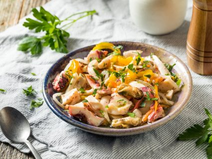 prato com salada do mar
