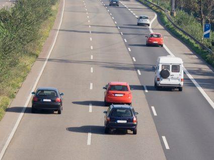 carros na autoestrada