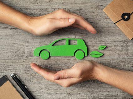 mãos a segurar carro verde a representar a miio, aplicação de mobilidade sustentável